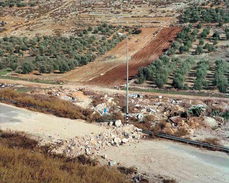 La photographe, Sophie Ristelhueber, s'est rendue à deux reprises en Cisjordanie, en novembre 2003 et en février 2004, les photographies qu'elle en a rapportées sont exposées, en grand format (1, 20 x1,50 m) au Musée d'art moderne et contemporain (Mamco) de Genève.