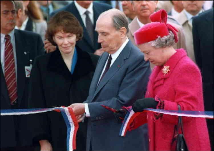 Le Président de la République Française, François Mitterrand (C) coupe le ruban symbolique au terminal France de Coquelles (Pas de Calais) lors de l'inauguration du Tunnel sous la Manche le 6 mai 1994, accompagné de son épouse Danielle et de la reine Elizabeth II d'Angleterre.
