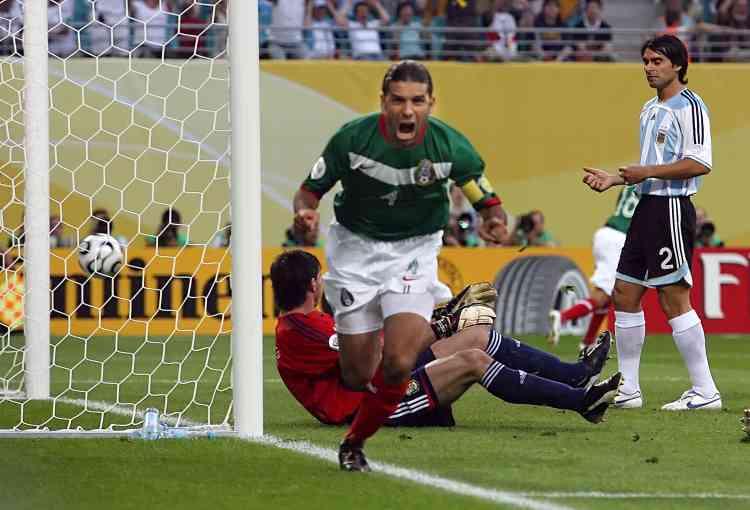 Le capitaine mexicain Rafael Marquez vient d'ouvrir la marque dans le match Mexique - Argentine. A la reprise d'un coup franc, Marquez devance Ayala et trompe le gardien Abbondanzieri d'une reprise du droit. Le Mexique mène 1 à 0 à la 6e minute de jeu