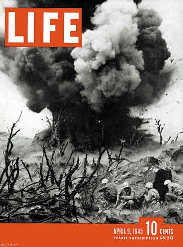 1945. Les marines au combat sur l'île japonaise d'Iwo Jima, dernière étape de la bataille du Pacifique.