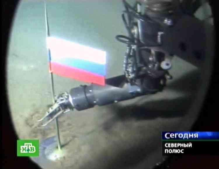 Des explorateurs ont déposé, le 2 août 2007, un drapeau en titane d'un mètre de hauteur aux couleurs de la Russie au fond de l'océan Arctique, à plus de 4 000 mètres sous la banquise, à proximité du pôle Nord.