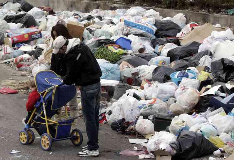 Plus de 100 000 tonnes d'ordures se sont amoncelées depuis la fin de l'année à Naples et sa région, selon une estimation de l'agence italienne de presse Ansa.