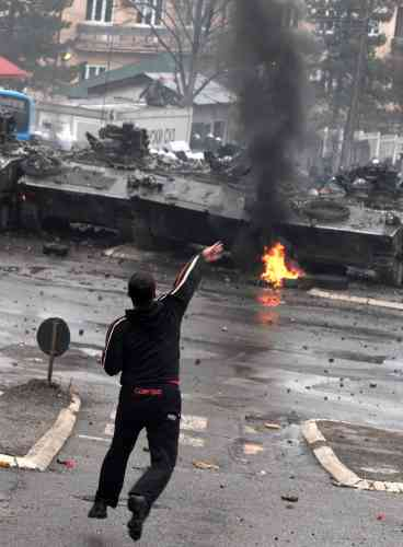 De vifs incidents ont éclaté lorsque les unités spéciales de la police des Nations unies appuyées par des blindés et des soldats français de l'OTAN ont repris à l'aube le contrôle du bâtiment du tribunal de l'ONU de Mitrovica.