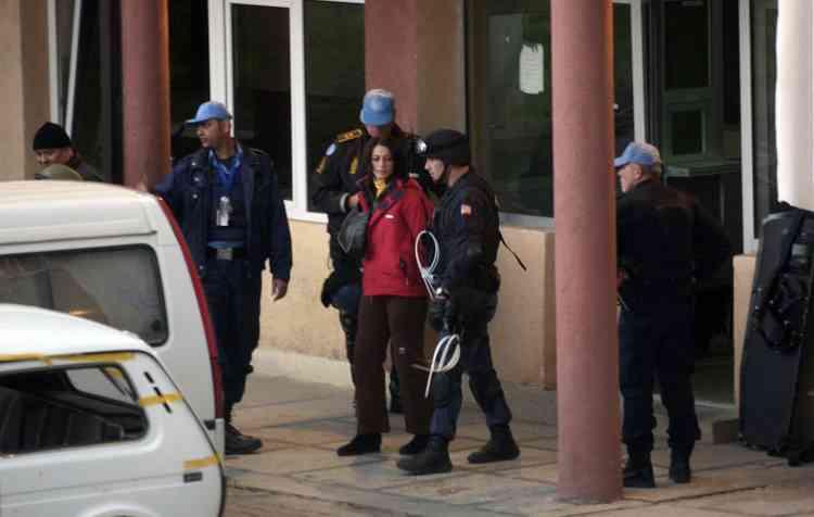 """Un des occupants a déclaré à l'AFP que la police avait fait irruption dans le bâtiment ce matin  vers 5 heures 20. L'opération des forces de l'ordre internationales n'a pas été accompagnée de violence a-t-il précisé.""""A la sortie, notre véhicule a été interpellé par des Serbes qui l'ont saccagé et nous ont libéré. Nous étions cinq à l'intérieur du véhicule et nous nous sommes tous enfuis"""", a-t-il poursuivi."""
