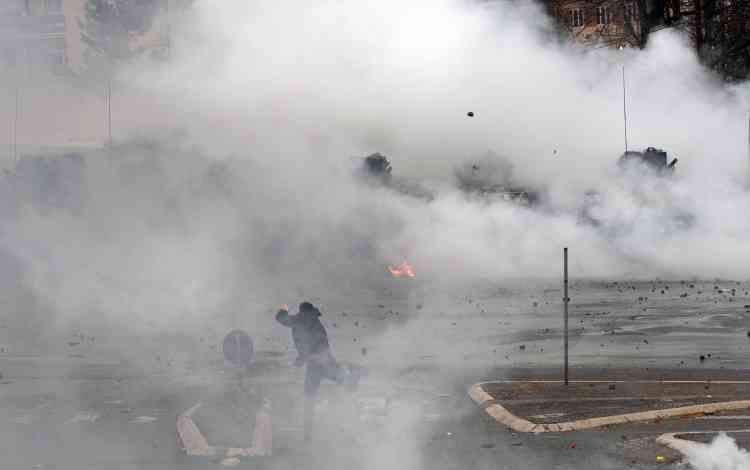 Les forces de l'OTAN ont dû fait usage de gaz lacrymogènes pour disperser des centaines de jeunes manifestants qui s'étaient rassemblés devant le bâtiment.