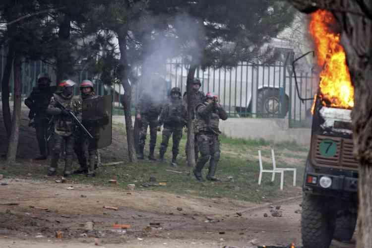 """Des coups de feu ont été tirés, lundi 17 mars, contre des membres des forces internationales à Mitrovica, dans le nord du Kosovo, a constaté un photographe de l'AFP sur place. """"J'ai vu au moins un membre (des forces internationales) blessé"""" par ces tirs, a déclaré ce photographe. Une correspondante de l'AFP sur place a confirmé avoir entendu des """"rafales d'armes automatiques"""" sans pouvoir préciser si les policiers de l'ONU ou les soldats de la Force de l'OTAN au Kosovo en avaient été la cible."""