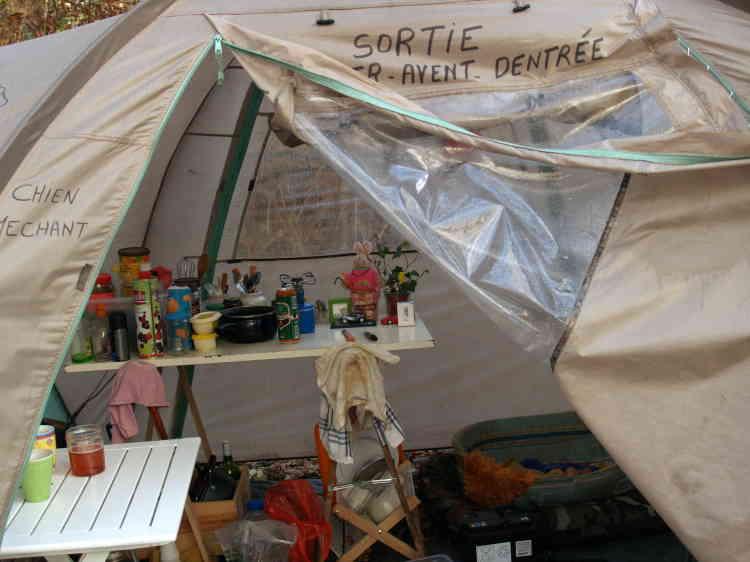 L'abri de fortune de Béatrice, 54 ans, SDF vivant au bois de Vincennes.