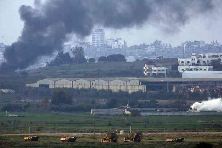 Des témoins ont fait état d'une cinquantaine de chars et blindés, transports de troupes et bulldozer, qui se sont déployés dans ce secteur, autour d'un carrefour stratégique coupant en deux l'axe Salaheddine, la route principale nord-sud de la bande de Gaza.