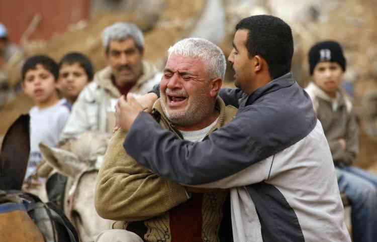 Un gazaoui pleure en découvrant les ruines de sa maison dans le quartier d'Ezbet Abdrabbo, à Djabalia. Selon un responsable du Hamas, plus de  5.000 maisons ont été complètement détruites et 20.000 autres endommagées, ainsi qu'une vingtaine de mosquées et une quinzaine de bâtiments ministériels.