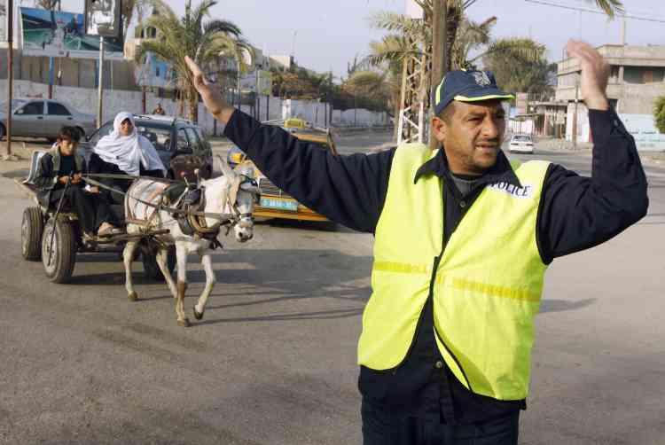 Un agent de police du Hamas règle la circulation à Khan Younis, dans le sud de la Bande de Gaza. A  Gaza-ville comme dans toutes les villes principales, la circulation reste minime.