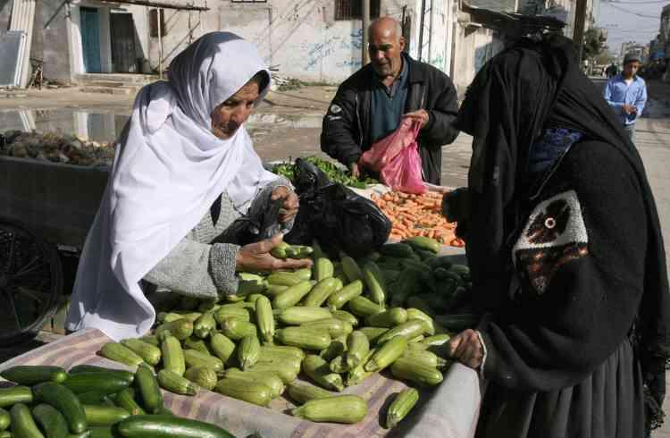 La vie reprend peu à peu son cours. Ici, des femmes font leurs courses dans un marché du camp de réfugiés de Rafah, au sud de Gaza. Mais les rues demeurent presque vides : les magasins sont restés fermés, de même que les banques, faute de liquidités.