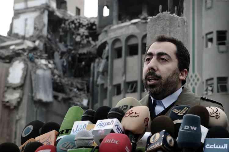 Le ministre de l'intérieur Taher al-Nunu donne une conférence de presse devant l'ancien complex gouvernemental de l'Autorité Palestinienne, détruit par des bombardements israéliens. Ismail Haniyeh, Premier ministre de l'administration du Hamas, a promis d'aider financièrement les Gazaouis dont les habitations ont été endommagées ou détruites par l'artillerie israélienne.