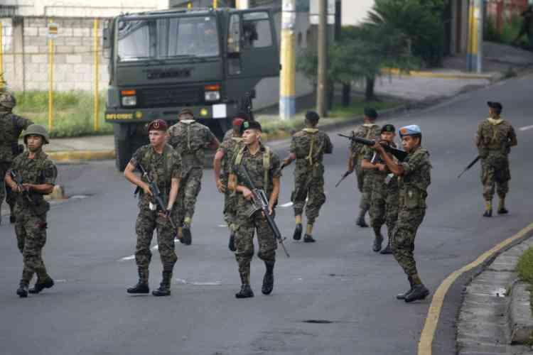 La veille, il avait limogé le chef d'état-major général, le général Romeo Vasquez, devant le refus des militaires de distribuer le matériel de vote.