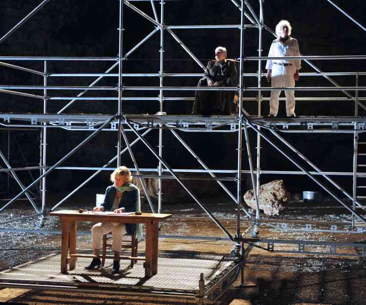 """Jeanne Moreau, Jerome Koenig et Gerard Benhamou, dans la pièce """"La guerre des fils de lumière contre les fils des ténèbres"""", mise en scène par Amos Gitai, au 63e Festival d'Avignon."""