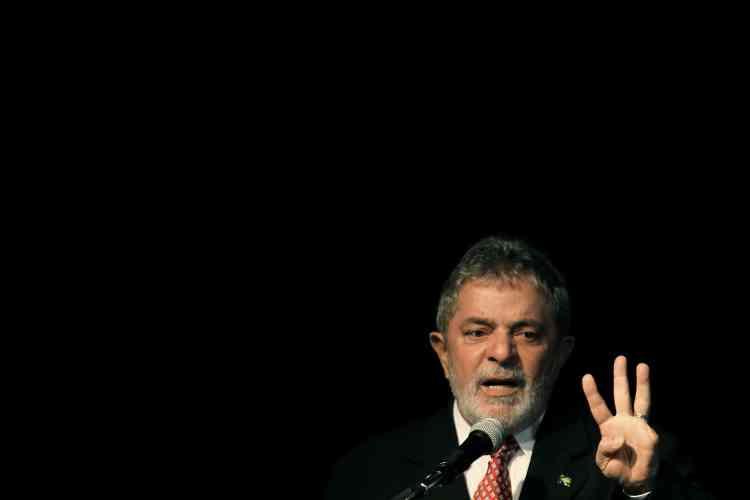 """Pour justifier sa décision de placer Lula en première position des  personnalités les plus influentes au monde, Time publie un commentaire du cinéaste américain Michael Moore : """"Ce que Lula veut pour le Brésil c'est ce que nous nous avions l'habitude d'appeler le rêve américain""""."""