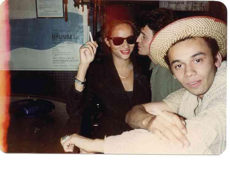 Christian Louboutin avec le top-modèle Farida Khelfa. Au tournant des années 1980, les deux amis deviennent des habitués du Palace, la célèbre boîte de nuit parisienne.