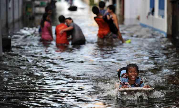 La Thaïlande est sous les eaux depuis trois mois. Les inondations, provoquées par une saison des pluies inédite par son ampleur, ont déjà causé la mort de 506 personnes dans le pays.