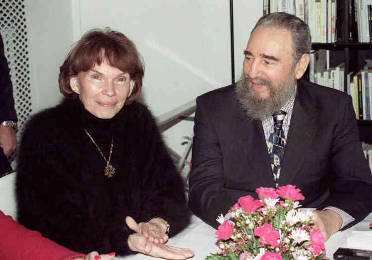 """Le chef de l'Etat Cubain, Fidel Castro, accueilli par Danielle Mitterrand à Paris, le 15 mars 1995. Avec cette visite, la première dame cultive le goût de se mettre à dos quelques dirigeants du monde, tout en réjouissant """"le peuple de gauche""""."""