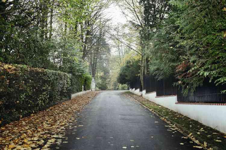A gauche, l'entrée de service d'une résidence du parc privé. Impossible d'apercevoir les plus luxueuses maisons, cernées de murs et de haies (ci-dessous).