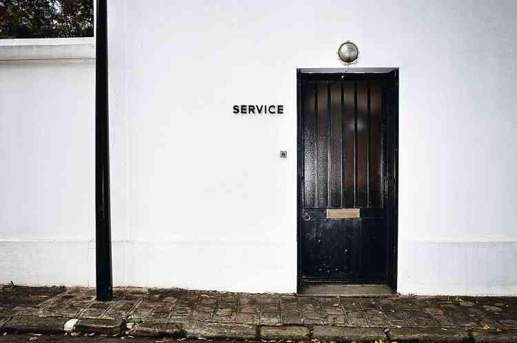 A gauche, l'entrée de service d'une résidence du parc privé. Impossible d'apercevoir les plus luxueuses maisons, cernées de murs et de haies (ci-dessous). Photo:Paolo Verzone pour M Le magazine du Monde