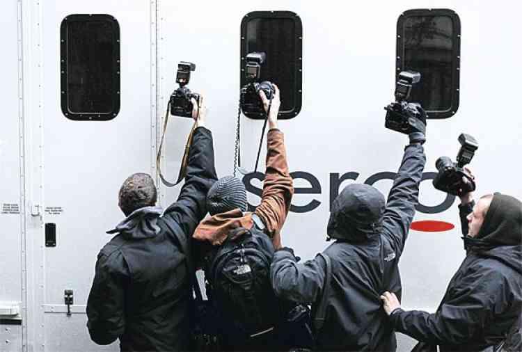 Suzanne Plunkett/Reuters           Décembre 2010Assange est arrêté  par la police anglaise  à la demande de la Suède. Il passe neuf jours en prison, puis  est assigné à résidence.