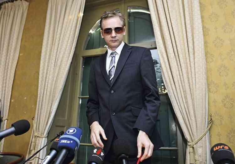 Martial Trezzini/Keystone/AP            Novembre 2011La cour d'appel de Londres confirme l'extradition vers la Suède.Assange multiplie les apparitions en public (conférences de presse, téléconférences...).Décembre 2011Mise en ligne de documents impliquant des sociétés informatiques occidentales dans la vente de systèmes de surveillance du Web à des pays dictatoriaux.Assange fait un ultime recours devant la Cour suprême du Royaume-Uni, pour contester la validité du mandat d'arrêt européen.