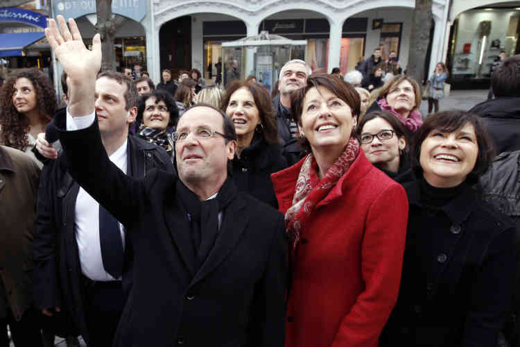 France's Socialist Party (PS) candidate for the 2012 French presidential election, Francois Hollande (L) waves next to Adeline Hazan (C), Mayor of Reims, as he walks in the street surrounded by women in Reims March 8, 2012 during a campaign trip focus on the International Women's Day. AFP PHOTO POOL GONZALO FUENTES