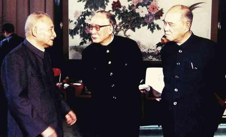 Le père de Bo Xilai, Bo Yibo (ici, au centre, en 1984, ), fut l'un des huit  dirigeants de la Révolution. Il avait lui  aussi connu  la déchéance, victime  des purges maoïstes  en 1967. Photo : EyePress/AP