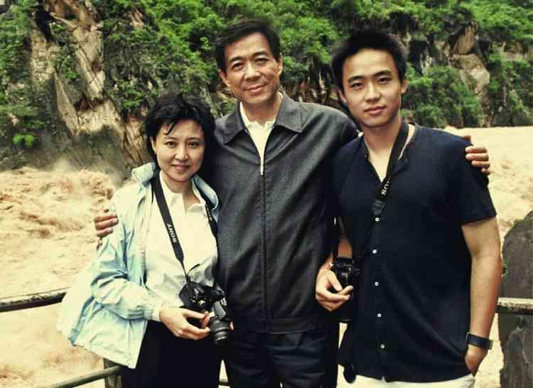 Bo Xilai, avec sa femme  Gu Kailai et leur fils Guagua. La famille a longtemps incarné  la modernité. Une exception chez les hauts dignitaires chinois. Photo :EyePress News/AFP