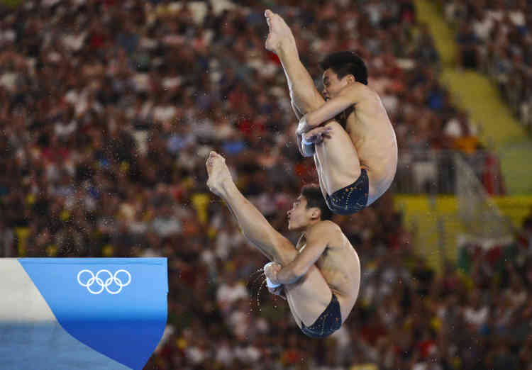 China's Cao Yuan (L) and Zhang Yanquan perform a dive in the men's synchronised 10m platform final during the London 2012 Olympic Games at the Aquatics Centre July 30, 2012. REUTERS/Toby Melville (BRITAIN  - Tags: SPORT OLYMPICS SPORT DIVING)