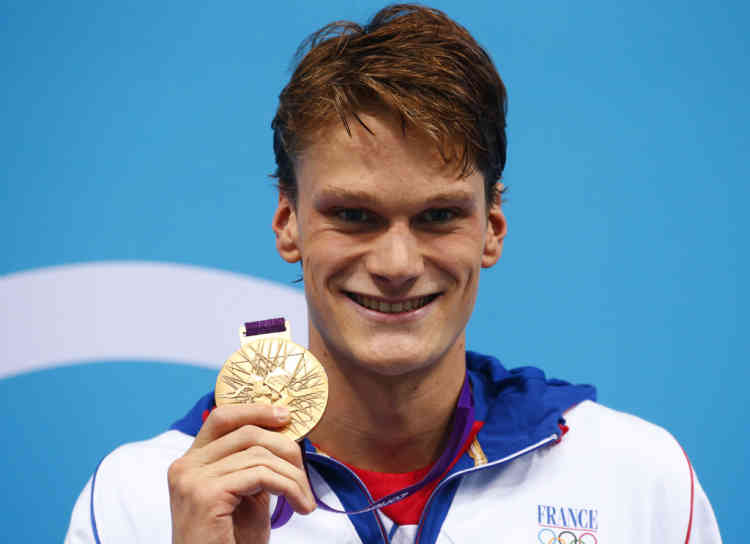 France's Yannick Agnel poses with his gold medal after winning the men's 200m freestyle final at the London 2012 Olympic Games at the Aquatics Centre July 30, 2012. REUTERS/David Gray (BRITAIN  - Tags: SPORT OLYMPICS SPORT SWIMMING)