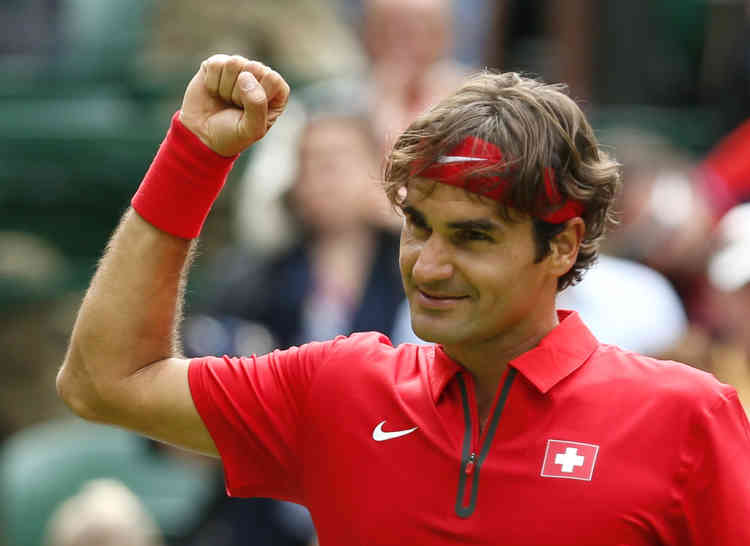 Switzerland's Roger Federer celebrates after defeating Colombia's Alejandro Falla in their men's singles tennis match at the All England Lawn Tennis Club during the London 2012 Olympics Games July 28, 2012.       REUTERS/Stefan Wermuth (BRITAIN  - Tags: OLYMPICS SPORT TENNIS)