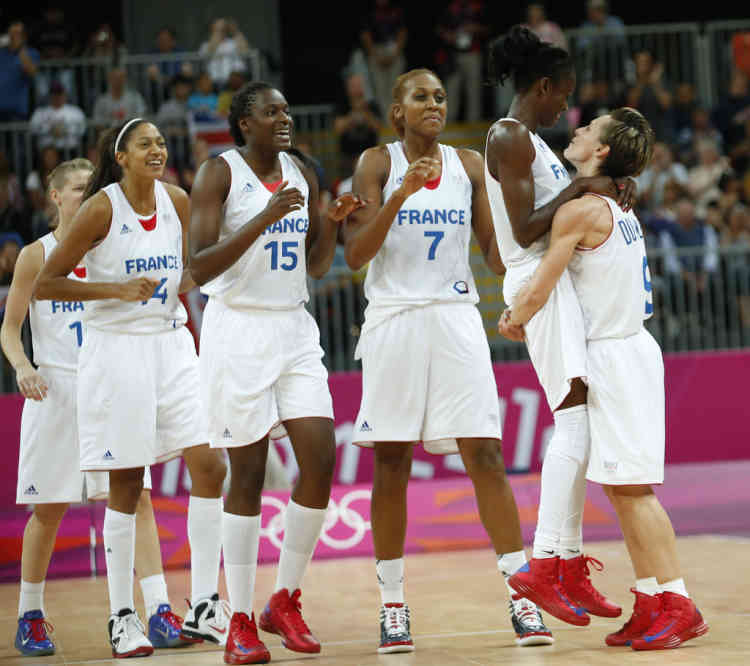 France's players celebrate victory against Australia after their women's preliminary round Group B basketball match at the Basketball Arena during the London 2012 Olympic Games July 30, 2012.               REUTERS/Mike Segar (BRITAIN  - Tags: OLYMPICS SPORT)