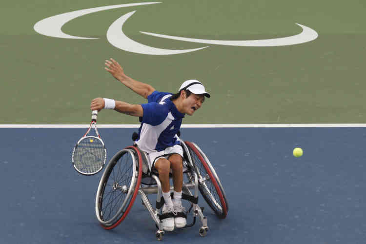 Japan's Shingo Kunieda returns a shot against the Netherlands' Robin Ammerlaan during their gold medal match in the wheelchair tennis men's single finals at the Beijing 2008 Paralympic Games September 15, 2008.       REUTERS/Claro Cortes IV    (CHINA)