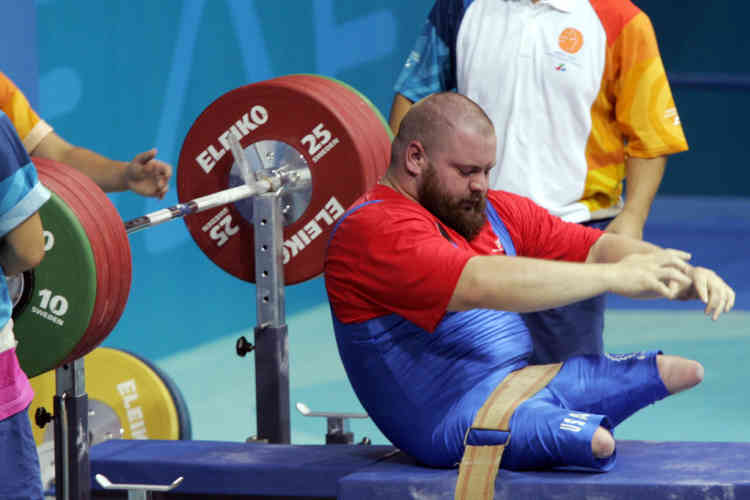 Mathew Aldridge of USA is seen after a bad lift in the powerlifting competition of the Men's 100 kg of the Paralympic Games, at Nikaia Olympic Weightlifting Hall in Athens City, 27 September 2004.    AFP PHOTO / FAYEZ NURELDINE