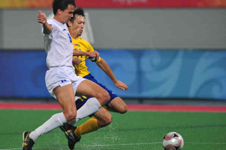 Ukraine'sVolodymyr Antonyuk (R#11) vies for the ball with Russia's Ivan Potekhin(L#8) in their Football 7-a-side gold medal final during the 2008 Beijing Paralympic Games on September 16, 2008 at the Olympic Green hockey field in Beijing. Football 7-a-side in the Paralympics has been played by athletes with cerebral palsy for many years. Ukraine won 2-1 in extra time.   AFP PHOTO/Frederic J. BROWN