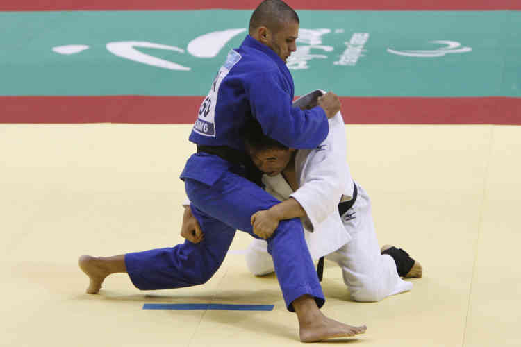 Li Xiaodong of China (in white) fights Helder Araujo of Brazil during their men's -60kg preliminary judo match at the Beijing 2008 Paralympic Games September 7, 2008. REUTERS/Christina Hu (CHINA)