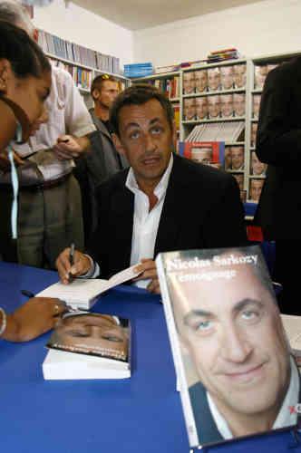 Le ministre l'Intérieur Nicolas Sarkozy dédicace son livre