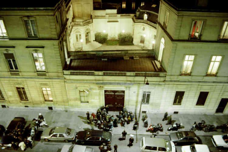Vue aérienne prise le 14 janvier 1992 du siège du Parti Socialiste à Paris où a lieu une perquisition sous la direction de Renaud Van Ruymbeke, magistrat instructeur, chargé du dossier URBA du Mans, tandis que journalistes et photographes attendent devant la porte du siège du PS à Paris.