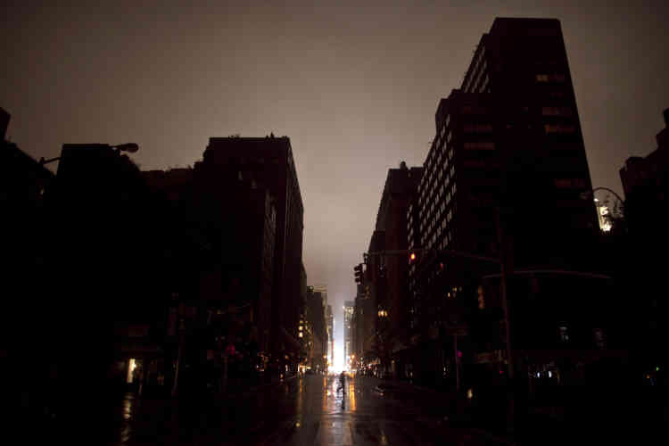 NEW YORK, NY - OCTOBER 29: Power outage seen on October 29, 2012 in Manhattan, New York. Hurricane Sandy, which threatens 50 million people in the Mid-Atlantic area of the United States, is expected to bring days of rain, high winds and possibly heavy snow. New York Governor Andrew Cuomo announced the closure of all New York City bus, subway and commuter rail services as of Sunday evening.   Allison Joyce/Getty Images/AFP== FOR NEWSPAPERS, INTERNET, TELCOS & TELEVISION USE ONLY ==