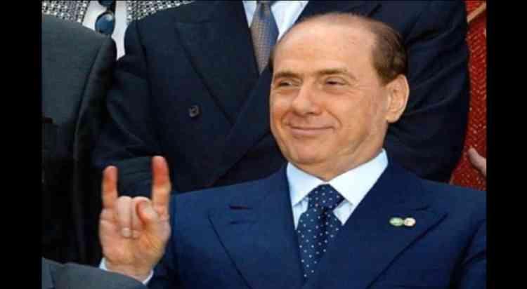 """Février 2002. Gratuit. A l'occasion de la photo officielle d'un sommet européen, Silvio Berlusconi fait le signe des  corna, un geste obscène prisé en Italie, derrière le ministre espagnol Josep Piqué. """"C'était juste une blague"""", assure-t-il face au scandale international. -"""