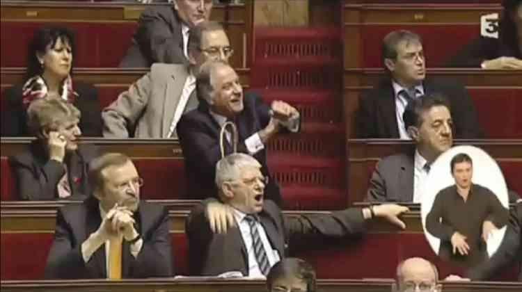 """Décembre 2009. Assumé. A l'Assemblée nationale, Noël Mamère, député écologiste, adresse un bras d'honneur à ses collègues de la majorité, qui l'accusent d'avoir favorisé l'entrée de militants de Greenpeace dans l'Hémicycle. """"S'il faut le refaire, je le referai volontiers  !"""", se félicite-t-il, malgré une sanction. -"""