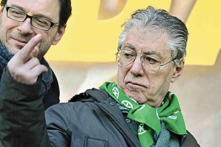 Janvier 2012. Frondeur. Umberto Bossi, leader de la Ligue du Nord, dresse bien haut son majeur lors d'une manifestation. En février 2008, il s'était déjà illustré par ce geste au cours d'un meeting du parti séparatiste, lorsque Fratelli d'Italia, l'hymne italien, avait été entonné. -