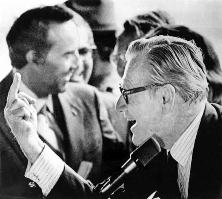 Septembre 1976. Précurseur. Interpellé à Binghamton par les doigts d'honneur de manifestants contre la guerre au Vietnam, Nelson Rockefeller, vice-président des Etats-Unis, leur rend la pareille. Quelques mois plus tard, une cour du Connecticut s'appuyant sur l'événement considère que ce geste n'est pas légalement une obscénité. -
