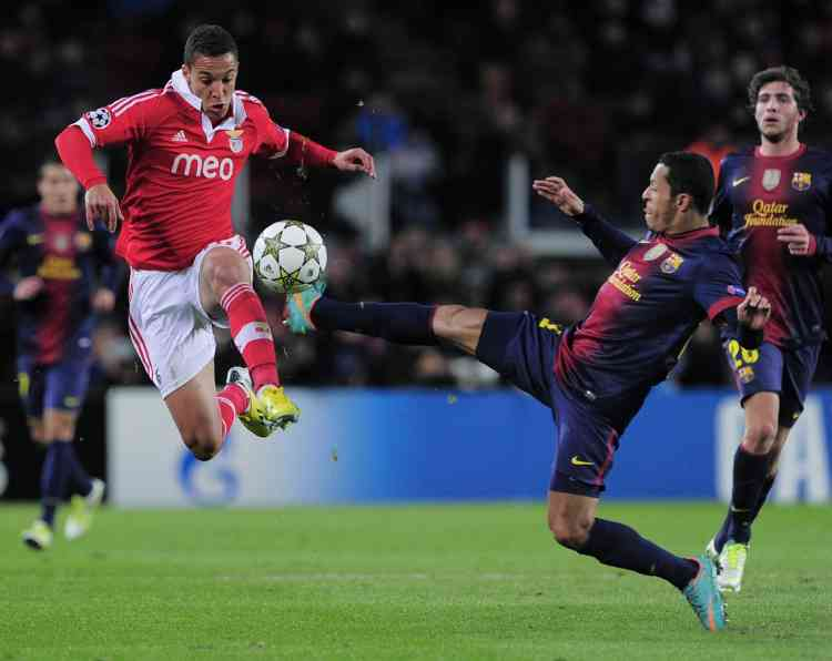 Benfica's forward Rodrigo Moreno Machado (L) vies with Barcelona's Brazilian defender Adriano Correia (R) during the UEFA Champions League football match FC Barcelona vs SL Benfica at the Camp Nou stadium in Barcelona on December 5, 2012.  AFP PHOTO / JOSEP LAGO