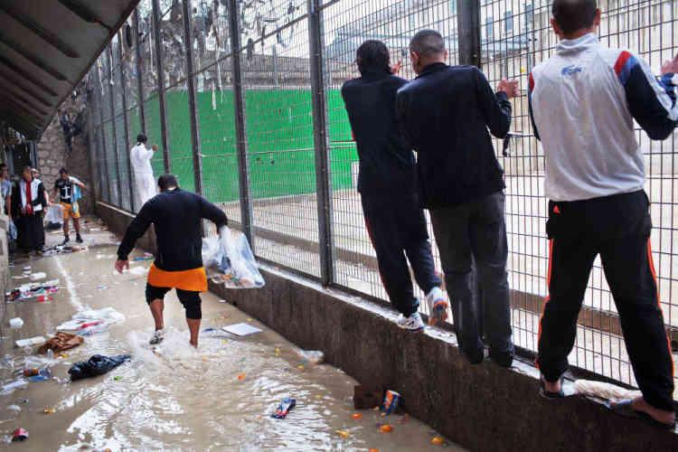 Cour de promenade de la maison d'arrêt des hommes. Inondation avec la pluie.