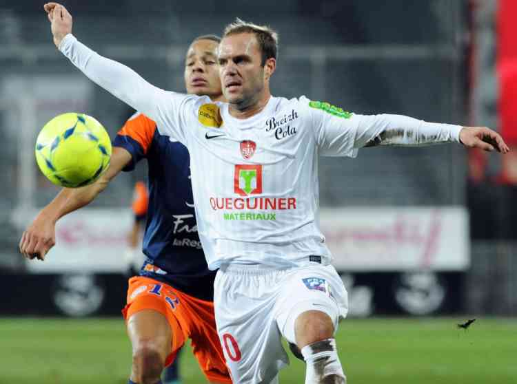 Brest's French midfileder Geoffrey Dernis (R) vies for the ball with Montpellier's French defender Daniel Congre (L) during the French L1 football match Brest vs Montpellier at the Francis Le Ble stadium on December 12, 2012 in Brest, western France. AFP PHOTO / FRED TANNEAU