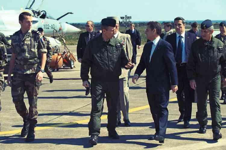 19 mars 2011. Sarkozy lance  l'intervention en LibyeEn direct de la salle des fêtes de l'Elysée, Nicolas Sarkozy annonce que des avions français ont  bombardé des positions pro-Kadhafi en Libye.  Quelques jours plus tard, il se rend sur la base aérienne corse de Solenzara, d'où partent les avions français engagés dans la coalition internationale.