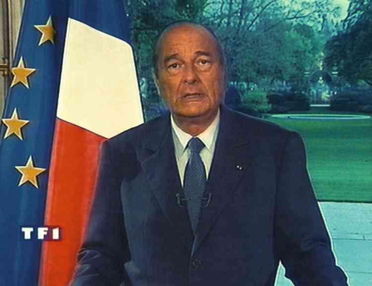 12 avril 1999. Chirac intervient au KosovoLors d'une classique prise de parole radiotélévisée, Jacques Chirac annonce que la France participera  à l'intervention de l'OTAN contre les Serbes, au Kosovo. Une décision qui  lui vaudra un regain de popularité ainsi qu'au premier ministre, Lionel Jospin. Photo: VIDEOGRAB/AFP