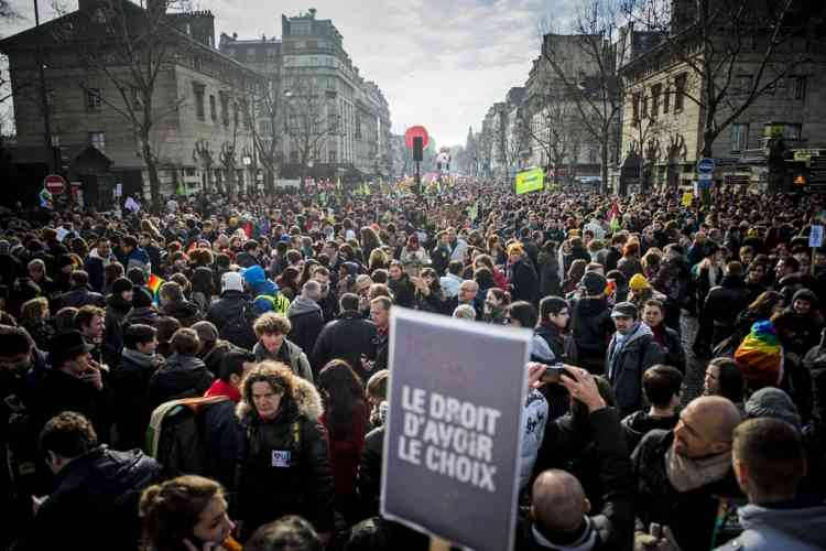 """People demonstrate in support of a government project to legalize same-sex marriage and adoption for same-sex couples in Paris, France, Sunday, Jan. 27, 2013. Placard reads : """"The right to choose"""". (AP Photo/Benjamin Girette)"""